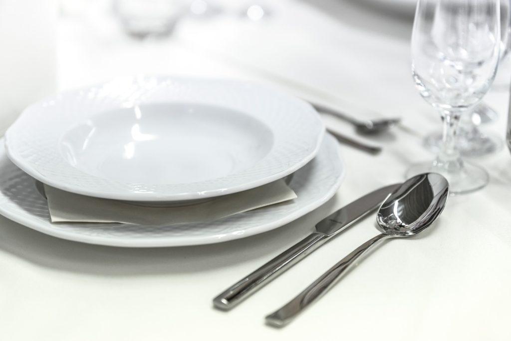 assiettes couvert mettre le couvert vaisselle vie quotidienne marine maman educatrice